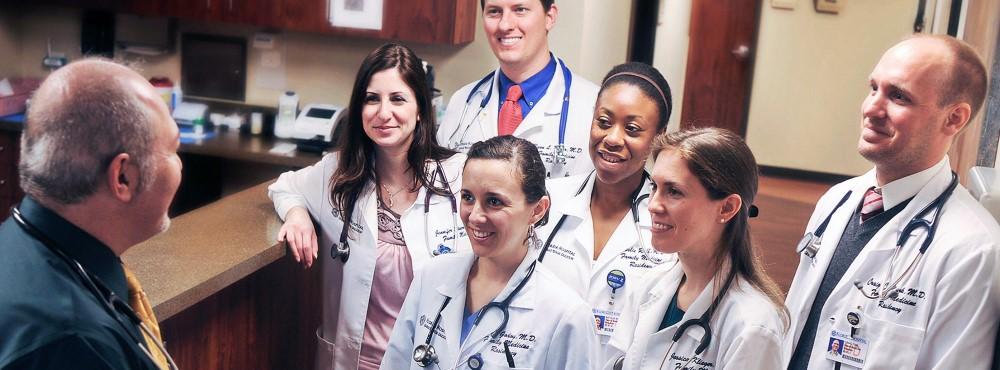 Diminuir horas de trabalho dos médicos internos aumenta satisfação sem prejudicar formação profissional