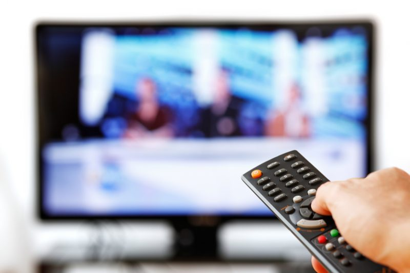 Ver televisão aumenta risco de cancro colorretal antes dos 50 anos, sugere novo estudo