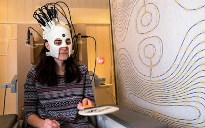 Cientistas criam 'capacete' para melhorar captação de imagens do cérebro em crianças com epilepsia