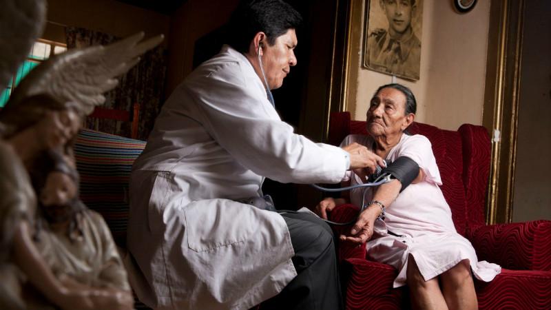 """Ministra reconhece """"assimetria muito grande"""" na distribuição de médicos no país"""