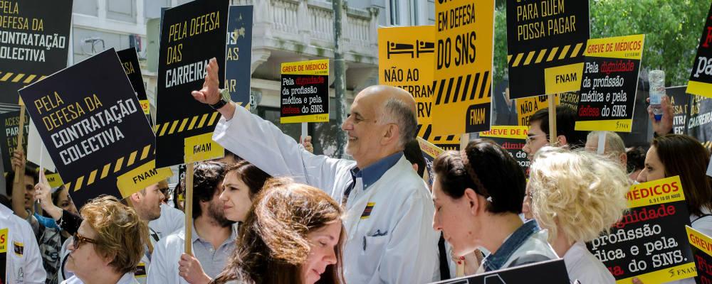 """FNAM acusa Ministério da Saúde de estar """"aliado aos interesses económicos"""" e de """"desviar o dinheiro para os bancos"""""""