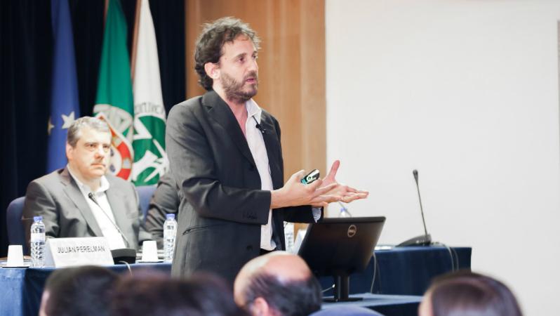 """Injeções financeiras nos hospitais são """"prémio à má gestão"""", diz Julian Perelman"""
