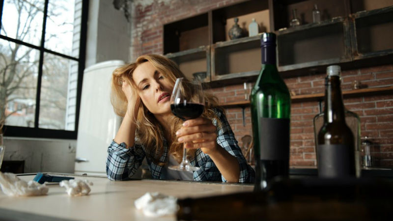 Vinho tinto é a bebida alcoólica que mais potencia a enxaqueca
