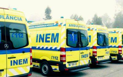 Duas ambulâncias de emergência paradas à espera de alvará do INEM