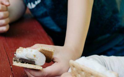 Alimentos com mais açúcar, sal e gorduras vão ser banidos da publicidade para crianças
